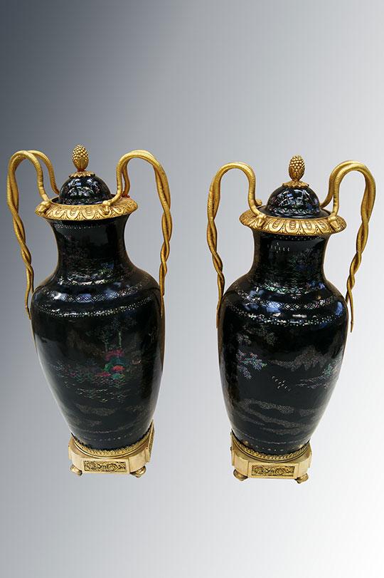 Paire de vases en laque polychrome avec décor de fleurs et oiseaux (travail Allemand fin XVIII ème)